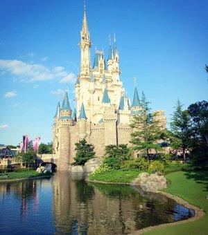 Cinderella Castle, i almost called it my castle but i was never a commoner 😛😛😛 #cinderellacastle #castle #disneyland #japandisneyland #disneylandjapan #tokyodisneyland #pinkinjapan #pinkintokyo #japantrip2018  #pinkholiday #pinkjalanjalan #jalanjalan #clozetteid #sbybeautyblogger #beautynesiamember #bloggerceria #traveltheworld #itchyfeet #wanderer #traveler #blogger #influencer #travelblogger  #lifestyleblogger #citizenoftheworld  #funtime #semicharmedlife #lifewelltraveled #japan  #familytrip