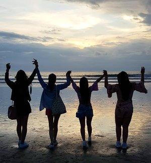 When one of you is a tiny un... #pinkinbali #bali #clozetteid #sbybeautyblogger #beautynesiamember #bloggerceria #influencer #beautyinfluencer #jalanjalan #wanderlust #blogger #bbloggerid #beautyblogger #indonesianblogger #surabayablogger #travelblogger  #indonesianbeautyblogger #travelinfluencer #girls #surabayainfluencer #travel #trip #pinkjalanjalan  #bloggerperempuan #ladies #beach #silhouette #kutabeach #kutabali #pantaikuta