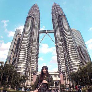 First proper pic with the KL Twin Tower even though i've been here too many times 🤣, the two kiasu finally even bought the fish lens (the small one. Then we regret 🤣🤣🤣 should've taken the big one zzz)  #pinkinmalaysia #pinkinkualalumpur #pinkinkl #klcc #twintower #petronastwintower  #clozetteid #sbybeautyblogger #beautynesiamember #bloggerceria #influencer #beautyinfluencer #jalanjalan #wanderlust #blogger #bbloggerid #beautyblogger #indonesianblogger #surabayablogger #travelblogger  #indonesianbeautyblogger #asian #travelblogger #girl #lifestyle  #surabayainfluencer #travel #suriaklcc #trip #travel