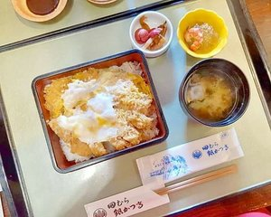 One of Hakone's famous culinary is their tonkatsu (extremely #nothalal ofc 😄. But they have tofu -which is also their specialty- and fish menus). On the first photo is the regular katsudon, which Lil' O liked but for me tasted like any other good katsudon out there and the second photo is the special black pig tonkatsu. It is super juicy (the fat layer is no joke,  like... Half of the katsu is the fat 😰) and has a much deeper taste,  but if u like me (i hate fat layers,  hate the taste and texture.  I actually only had 1 or 2 slices because the fat made me sick 😭). Something  that you probably have to try if you're a foodie.  As for me?  No, thanks.  I am not a fan of katsu (i do like chicken/beef katsu tho not like super crazy about them either) and the black pig katsu costs almost ¥1,900 (IDR 250K), without the rice (the rice is ¥260 a bowl,  which is also insane 😂) - it's insane wth.  I'll go have random ramen/whatever okay, thanks 😂  #tonkatsu #blackpig #pinkinjapan #pinkintokyo #japantrip2018 #summerholiday #culinary #japanculinary #japanesefood #instafood #foodgasm #kuliner #kulinerjepang #pinkholiday #pinkjalanjalan #jalanjalan #clozetteid #sbybeautyblogger #beautynesiamember #bloggerceria #traveltheworld #itchyfeet #wanderer #traveler #blogger #influencer #travelblogger #japan #hakone