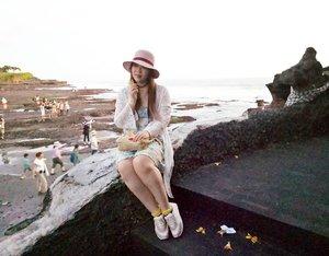Tanah Lot was super crowded yesterday,  and i do not know how to photoshop so there.... #tanahlot #tanahlotbali #tanahlottemple #pinkinbali #bali #vacation #summervacation  #blogger #lifestyle #trip #travel #lifestyleblogger #indonesianblogger #travelblogger #indonesiantravelblogger #indonesianlifestyleblogger #girl #asian #clozetteid  #sbybeautyblogger #bloggerceria  #wanderlust #jalanjalan #influencer  #summerholiday #exploringbali #beautifulindonesia #ilovebali #beachtemple  #balinesetemple