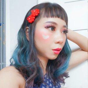 Finally bisa posting foto rambut baru 😁 setelah seminggu lalu potong rambut di @aptownhairfrontier by @kyosuke.kobayashii ✨6 tahun lalu pertama kali potong rambut sama Kyo san langsung suka sama hasilnya. Sampai sekarang cuma mw dipotong rambutnya sama Kyo san ✌ swipe untuk liat tampak depan ➡💙..Makeup:- foundation @nyxcosmetics_indonesia- eyebrow @qlcosmetic- eyeshadow @juviasplace- blush @lagirlindonesia- lips @makeoverid..#hairinspo #hairinspiration #bluehair #ombrehair #potd #makeuplook #clozetteid #radenayublog #ggrepstyle
