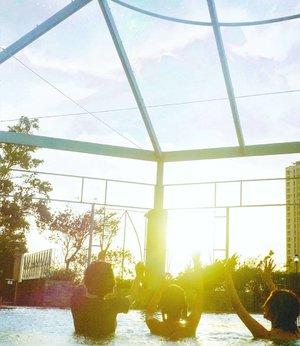 2019 ✨Bisa liat tangannya 2019?? 😹😹😹..#2019 #radenayublog #clozetteid #swimmingpool #jakarta #bff
