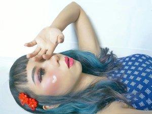 おはよう! きょう の てんき わ くもり です...Bangun tidur langsung dengerin @gesaffelstein x @theweeknd looping forever dari sabtu pagi 💙..#radenayublog #makeuplook #bluehair #lotd #tampilcantik #hudabeauty #inspirasicantikmu #setterspace #clozetteid #ragamkecantikan
