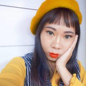 せんぱい に あいたい!Sesungguhnya pose sakit gigi memberikan efek muka lebih tirus 😂..Makeup:Bb cream @etudehouseofficialHighlighter @fentybeauty Eyebrow & lip gloss @sariayu_mt Eyeshadow @nyxcosmetics_indonesia Eyeliner @kpalette_id ..#radenayublog #makeuplook #hudabeauty #ragamkecantikan #inspirasicantikmu #tampilcantik #beautybloggerindonesia #setterspace #clozetteid