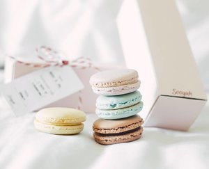 These macaroons from @soogah.id make my monday feels like friday 😋😋Fav flavor: chocolateee! *feels like heaven literally*#bestmacaroons #macaroonssby #heavenlymacaroons #clozetteid