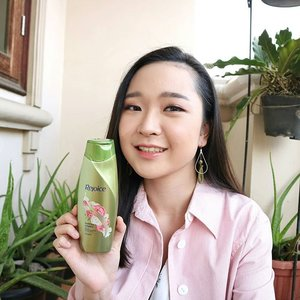 Loving this perfume shampoo by @rejoice.id! This is the first perfume shampoo brought to you guys so you can smell good all day long! The scent of Peony will remind you of Paris vibe hahaha check your nearest market, make sure you don't miss the #RejoicePerfumeShampoo ❤#clozetteid #beautynesiamember