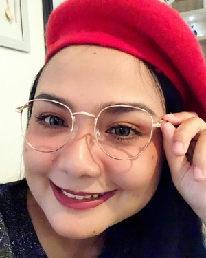waiitt whaat??? it's Friday right. How come day by day become so fast 🧐. Anyway Happy Friday 💝. . . . Kacamata boleh minjem @widyalimitedcom 😘😘 . . #motd #glassesmakeup #clozetteid #bloggerceria #tgif #fridayvibes #beautychannelid #womaninglasses