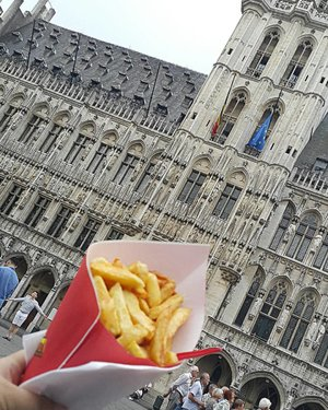 I could be here the whole day. Good place, good weather, good people, good ambience, good weather, good husband.. I could not ask for more 😍  #clozetteid #clozettestar #brussel #brussels #bruxelles #grandplace #grotemarkt #frites #belgianfrites #fritland #europe #traveljournal #semibackpacker #backpacker #couple #beautifulplace #beautifulcity #belgia #belgium #belgian