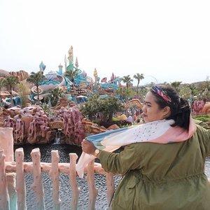 My kind of #throwbackthursday Tokyo DisneySea edition. Butuh 1,5 tahun menuliskan pengalaman berkunjung ke amusement park satu-satunya di dunia ini. I found it kinda hard to recall those memories, it reminded me of both happiness & sadness at the same time. _ Here I was at my ultimate favorite place: Mermaid Lagoon 🧜🏻♀️ Just click link on bio 🧜🏻♂️ . . . #mrshidayahpost #wyntraveldiary #tokyodisneysea #exploretokyo #explorejapan #travelgram #holiday #leisuretime #clozetteid #disneyseajapan
