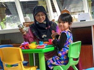 Dibandingkan di tempat umum, bermain di rumahlebih aman karena orangtua bisa mengawasi sepenuhnya kegiatan anak. Tetapi, anak juga butuh pengalaman lain di luar rumah yang bisa membuat wawasannya bertambah. Misalnya saja dalam hal bersosialisasi dengan teman sebaya yang tidak banyak didapatkan saat anak bermain di rumah.  Tapi pastikan keamanan tempat umum yang kita kunjungi bersama anak untuk bermain. Untuk tempat umum seperti playground Biasanya Standar Operation Procedure (SOP) yanh seharusnya dipenuhi. Misalnya tempatnya harus bersih, ada yang mengawasi, dan seterusnya.  Antisipasi juga perlu, salah satunya dengan menyediakan obat yang biasa dibutuhkan anak. Salah satu obat andalan saya saat anak sakit bisa dibaca di sini.  bit.ly/temprasyrup  Cc @bloggerperempuan  In frame: play area @novotelbogor  #lombablog #tempra #temprasyrup #clozetteid #parenting #health #kesehatananak #momlife
