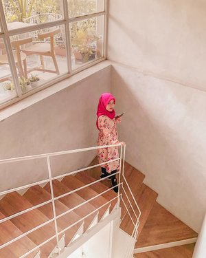 Menjadi model produk pitching adalah hobiku 😂Difotoin @amelsg#clozetteid #girl #kinokimi #livefolk #vacation #instadaily #earth #traveling #nature #stairs #wonderlust #throwbackthursday #travelblogger #picoftheday #iphoneonly #pink #bandung #white #hijab #photoshoot #indonesia #art #explorejogja #photooftheday #ootd #travel #photography #outdoors #throwback #coffee
