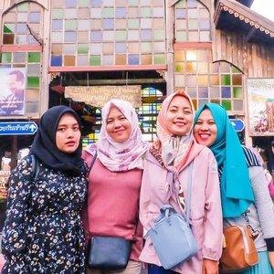 "Foto ini mengingatkanku pada pertanyaan: ""Jadi kapan Nes mau nulis Bangkok Trip-nya di blog?"" 🤣  #clozetteid #friends #girls #livefolk #vacation #instadaily #happy #floatingmarket #sky #friendship #pattaya #vintage #travelblogger #picoftheday #travel #hijab #yolo #kingbumibol #thailand🇹🇭 #photoshoot #weekend # #mountain #photooftheday #explorethailand #visitthailand #photography #outdoors #throwback #bangkok"