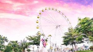 She's not tired. 😊#girl #sunset #pink #livefolk #vacation #instadaily #earth #traveling #sky #park #wonderlust #throwbackthursday #travelblogger #picoftheday #sonya6000 #bianglala #yogyakarta #quote #hijab #photoshoot #indonesia #blue #explorejogja #photooftheday #ootd #travel #photography #outdoors #throwback #clozetteid