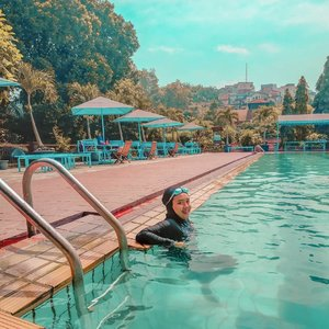 """Pipi yang membesar melambangkan kemakmuran yang hqq"" - Nesa, 20++, sedang masa pertumbuhan.  Difotoin apingwati @monstrgrm   #swimming #livefolk #blue #instadaily #earth #traveling #nature #weekend #wonderlust #throwbackthursday #travelblogger #picoftheday #happy #metime #bandung #sky #hijab #photoshoot #indonesia #art #explorebandung #photooftheday #ootd #travel #photography #outdoors #throwback #trees #clozetteid #girl"