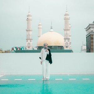 Jangan pernah memandang seseorang hanya karena rupanya, karena ketulusan hati tidak terdapat pada parasnya. Yaah bahasa jaman now nya mah 'don't judge a book by its cover' gitu ya.. selamat minggu 💙 . . . . . . . . . . #clozetteid #clozettedaily #lifestyle #lifestyleblogger #ootd #hootd #hijabootdindo #hijabootd #travel #travelingwithhijab #hijabtraveller #debragabyartotel #DeBragaHotel #HoteldiBandung #HotelBandung #travelblogger #travelbloggerindonesia #indotravellers #indotravelblogger #lookbook #lookbookindonesia #lifestyleblogger #diannostyle #Lumixindonesia #Lumix_id #TakenwithLumix