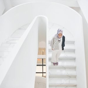 Siap menyambut weekend ~ yang mau liburan ke Bandung, bisa staycation di sini niih @debragabyartotel , salah satu hotel baru di Bandung yang desainnya kece, harganya aman di kantong dan fasilitasnya oke. Reviewnya lengkapnya menyusul yaa di blog dan youtube channelku. Sekarang mah follow dan subscribe dulu ajaa, hehe 😉 . . . . . . . . . . #clozetteid #clozettedaily #lifestyle #lifestyleblogger #ootd #hootd #hijabootdindo #hijabootd #travel #travelingwithhijab #hijabtraveller #debragabyartotel #DeBragaHotel #HoteldiBandung #HotelBandung #travelblogger #travelbloggerindonesia #indotravellers #indotravelblogger #lookbook #lookbookindonesia #lifestyleblogger #diannostyle #Lumixindonesia #Lumix_id #TakenwithLumix