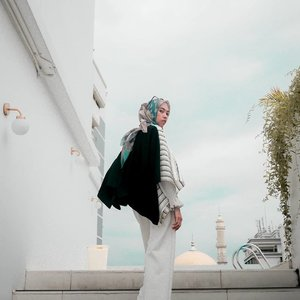 Jadikan hari ini lebih baik dari kemarin, dan akan terus lebih baik untuk besok. #tapfordetails . . . . . . . #clozetteid #clozettedaily #ootd #hootd #lookbook #lookbookindonesia #fashion #style #lifestyle #blogger #bloggerstyle #lifestyleblogger #fashionblogger #bloggerlife #bloggerindo #bloggerindonesia #indonesianhijabblogger #buttonscarves #ootdhijab #debragabyartotel #DeBragaHotel #HotelBandung #HoteldiBandung #hijabtraveler #hijabtraveller