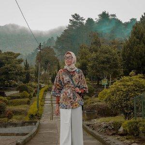 Entah mengapa hari-hari ini akan cepat berlalu, dan senjapun mulai memberi kabar bahwa dia akan berlaku. - NN.  #tapfordetails.......#clozetteid #clozettedaily #lifequotes #lifestyle #lifestyleblogger #bloggerstyle #bloggerindo #bloggerindonesia #indotravellers #travelingwithhijab #travelblogger #fashion #hijabstyle #hijabtraveler #hijabootd #hootd #ootdhijab #diannostyle