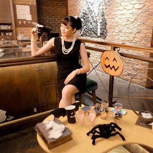 #throwingback to the moment I dress up as the classy and sassy Audrey Hepburn (Holly Golightly) from Breakfast At Tiffany's 🖤 Guess what costume I'm gonna wear for today #TooCuteToSpook with @indobeautysquad? Find out in my Insta Story soon cause I'm gonna capture the excitement on today's Halloween Party ✨ . . . . . . #audreyhepburn #halloweencosfume #breakfastattiffanys #ootdinspiration #ootdmagazine #ootd #ulzzang #beauty #makeup #skincare #fashiongram #beautyinfluencer #stylediaries #makeupaddict #bloggerindo #skincarejunkie #clozetteid #fashionpeople #fashionvibes  #얼짱 #일상 #데일리룩 #셀스타그램 #셀카 #인스타패션 #패션스타그램 #오오티디 #패션