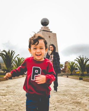 Not your typical ootd pic. His laughter is everything ❤️ . Captured by @indra613 . #clozetteid #miltaddelmundo #ecuador