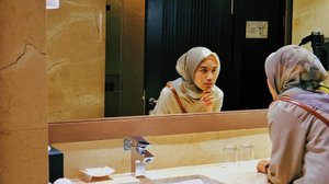 Bercermin dulu, mumpung ada kaca. Geser aja ke kiri biar lihat lebih jelas spot-nya.......Yang paling gue cari kalau nginep di hotel adalah hair dryer. Soalnya kan gue pakai jilbab, jadi butuh banget biar rambutnya cepet kering dan bisa disembunyiin lagi di balik hijab. Dan gue rekomen salah satu hotel yg ada di bilangan simatupang ini buat jadi destinasi kalau lagi sumpek di rumah dan mau cari suasana di akhir pekan. Harga sesuai dgn fasilitas dan yg terpenting tempatnya tdj jauh dari keluar masuk jalan tol.. lengkapnya cek di link 👆 okay..#hotel #hoteliers #hotelreview #aston #hijab #blogger #review #fashion #clozzet #clozetteid #astonsimatupang