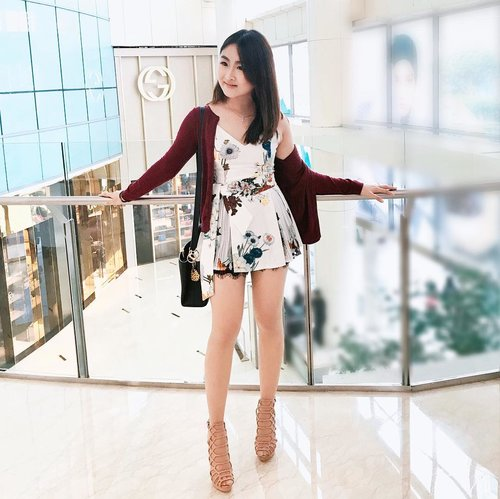 """<div class=""""photoCaption"""">Sun-date with mom ! I am in love with this white floral top from @chocochipsboutique . It has feminine silhouette but the colors of the floral prints give an elegant look. You can pair it with shorts or your favorite jeans ! 👌🏻</div>"""