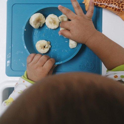 "<div class=""photoCaption"">Nara lovee bananas for breaky! 🙌🏻Selain itu Masnar juga selalu gemes sama Mini Bowl dari @ezpzindo yang kita dapetin dari dalam goody bag birthday bash @bcaug17 wuhuuuu makasih ya EZPZ! Gak lupa selalu momi bawa kemana2 karena ada Mini Bowl Bag yang bisa dicuci dan dibersihin juga 👏🏻  <a class=""pink-url"" target=""_blank"" href=""http://m.clozette.co.id/search/query?term=ONEderfulbirthdaybash&siteseach=Submit"">#ONEderfulbirthdaybash</a>  <a class=""pink-url"" target=""_blank"" href=""http://m.clozette.co.id/search/query?term=bcaug17&siteseach=Submit"">#bcaug17</a>  <a class=""pink-url"" target=""_blank"" href=""http://m.clozette.co.id/search/query?term=augustroop&siteseach=Submit"">#augustroop</a>  <a class=""pink-url"" target=""_blank"" href=""http://m.clozette.co.id/search/query?term=birthclub&siteseach=Submit"">#birthclub</a>  <a class=""pink-url"" target=""_blank"" href=""http://m.clozette.co.id/search/query?term=birthclub2017......&siteseach=Submit"">#birthclub2017......</a> <a class=""pink-url"" target=""_blank"" href=""http://m.clozette.co.id/search/query?term=babystuff&siteseach=Submit"">#babystuff</a>  <a class=""pink-url"" target=""_blank"" href=""http://m.clozette.co.id/search/query?term=instadaily&siteseach=Submit"">#instadaily</a>  <a class=""pink-url"" target=""_blank"" href=""http://m.clozette.co.id/search/query?term=babies&siteseach=Submit"">#babies</a>  <a class=""pink-url"" target=""_blank"" href=""http://m.clozette.co.id/search/query?term=mommylife&siteseach=Submit"">#mommylife</a>  <a class=""pink-url"" target=""_blank"" href=""http://m.clozette.co.id/search/query?term=clozetteid&siteseach=Submit"">#clozetteid</a>  <a class=""pink-url"" target=""_blank"" href=""http://m.clozette.co.id/search/query?term=vco&siteseach=Submit"">#vco</a>  <a class=""pink-url"" target=""_blank"" href=""http://m.clozette.co.id/search/query?term=thatsdarling&siteseach=Submit"">#thatsdarling</a>  <a class=""pink-url"" target=""_blank"" href=""http://m.clozette.co.id/search/query?term=flatlaystyle&siteseach=Submit"">#fla"