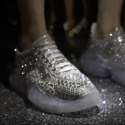 """<div class=""""photoCaption"""">[Jimmy Choo Rilis Diamond Sneaker]<br /> .<br /> Sporty or glam? Pilih keduanya dengan sneaker terbaru dari Jimmy Choo. Koleksi sepatu sneaker yang dihargai mulai $895 hingga $5.500 ini terinspirasi dari batu berlian yang """"multi-faceted"""" dan selalu bermain dengan  pendaran cahaya.<br /> .<br /> 📹 @jimmychoo<br />  <a class=""""pink-url"""" target=""""_blank"""" href=""""http://m.clozette.co.id/search/query?term=ClozetteID&siteseach=Submit"""">#ClozetteID</a>  <a class=""""pink-url"""" target=""""_blank"""" href=""""http://m.clozette.co.id/search/query?term=jimmychoo&siteseach=Submit"""">#jimmychoo</a></div>"""