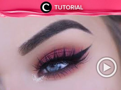 """<div class=""""photoCaption"""">Make your eyes look deeper with this fall red/cranberry eye makeup. Check the tutorial video here : <a href=""""http://bit.ly/2RKhyPQ"""" class=""""pink-url""""  target=""""_blank""""  rel=""""nofollow"""" title=""""http://bit.ly/2RKhyPQ"""">http://bit.ly/2RKhyPQ</a> . Video ini di-share kembali oleh Clozetter @Juliahadi. Cek Tutorial Updates lainnya pada Tutorial Section.</div>"""