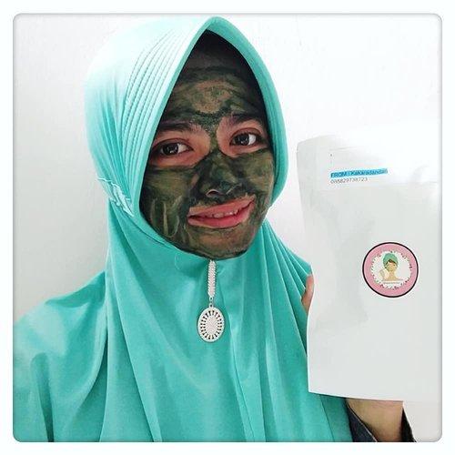 "<div class=""photoCaption"">Tenang guys, aku gak lagi berusaha membuat seram wajahku cos tanpa dibuat buat, wajahku emang asli seram dari bawaan lahir 😄😄 .So...aku lagi pake masker Spirulina. Masker yang berasal dari ganggang berwarna biru hijau ini dikenal punya banyak manfaat bagi kulit seperti  mencerahkan, melembabkan, mengatasi jerawat, menghilangkan noda hitam atau bekas jerawat, sebagai detox, anti aging dll. Untuk texturnya berupa bubuk berwarna hijau yang dikemas kedalam kapsul transparan.First Impression:Setelah 3 mingguan lebih pake masker ini yang bisa aku rasakan masker sama sekali gak menimbulkan breakout diwajahku,padahal awalnya aku sempat ragu ragu. Dan jerawatku juga cepat kempes, minyak diwajah  lebih terkontrol tp mencerahkan & sebagai anti aging belum keliatan, wajarlah cos belum sampe 1 bulan pemakaian.Yang aku kurang suka sama masker ini bau amisnya lumayan ganggu tp untungnya gak berlangsung lama sih..Nah, buat kalian yang pengen beli masker Spirulina gak perlu bingung guys tinggal kepoin IG @kakaradandan ajah (ssstt...adminnya ramah banget loh) 😊. <a class=""pink-url"" target=""_blank"" href=""http://m.clozette.co.id/search/query?term=spirulina&siteseach=Submit"">#spirulina</a> <a class=""pink-url"" target=""_blank"" href=""http://m.clozette.co.id/search/query?term=spirulinamasker&siteseach=Submit"">#spirulinamasker</a> <a class=""pink-url"" target=""_blank"" href=""http://m.clozette.co.id/search/query?term=review&siteseach=Submit"">#review</a> <a class=""pink-url"" target=""_blank"" href=""http://m.clozette.co.id/search/query?term=skincare&siteseach=Submit"">#skincare</a> <a class=""pink-url"" target=""_blank"" href=""http://m.clozette.co.id/search/query?term=skincarejunkie&siteseach=Submit"">#skincarejunkie</a> <a class=""pink-url"" target=""_blank"" href=""http://m.clozette.co.id/search/query?term=skincareaddict&siteseach=Submit"">#skincareaddict</a> <a class=""pink-url"" target=""_blank"" href=""http://m.clozette.co.id/search/query?term=metime&siteseach=Submit"">#metime</a> <a cla"