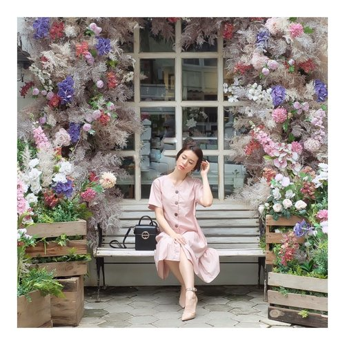 """<div class=""""photoCaption"""">There are so many beautiful reasons to be happy<br /> <br /> Shoes @mango <br /> Dress by @hisae883 <br />  <a class=""""pink-url"""" target=""""_blank"""" href=""""http://m.clozette.co.id/search/query?term=ootd&siteseach=Submit"""">#ootd</a>  <a class=""""pink-url"""" target=""""_blank"""" href=""""http://m.clozette.co.id/search/query?term=style&siteseach=Submit"""">#style</a>  <a class=""""pink-url"""" target=""""_blank"""" href=""""http://m.clozette.co.id/search/query?term=clozetteid&siteseach=Submit"""">#clozetteid</a> <br />  #셀스타그램  #팔로우  #오오티디  #패션  #데일리  #일상  #데일리  <a class=""""pink-url"""" target=""""_blank"""" href=""""http://m.clozette.co.id/search/query?term=whatiwore&siteseach=Submit"""">#whatiwore</a>  <a class=""""pink-url"""" target=""""_blank"""" href=""""http://m.clozette.co.id/search/query?term=ootdmagazine&siteseach=Submit"""">#ootdmagazine</a>  <a class=""""pink-url"""" target=""""_blank"""" href=""""http://m.clozette.co.id/search/query?term=exploretocreate&siteseach=Submit"""">#exploretocreate</a></div>"""
