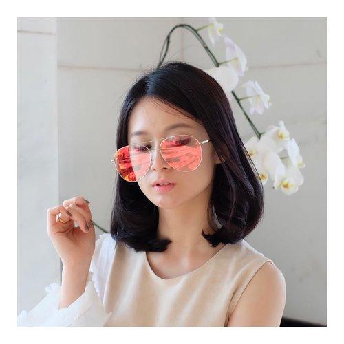 "<div class=""photoCaption"">Huaaa<br /> @vedivero 😘😘 i love you..!<br /> Siapa yang bilang ini kacamata biasa? Ini sun glasses lho! Kalau kena sinar UV atau matahari, dia akan langsung gelep, kalau didalam ruangan, langsung transparant 😀😀😀<br /> I find this at @sunglassplanet .<br /> .<br /> .<br /> .<br />  <a class=""pink-url"" target=""_blank"" href=""http://m.clozette.co.id/search/query?term=sunglasses&siteseach=Submit"">#sunglasses</a>  <a class=""pink-url"" target=""_blank"" href=""http://m.clozette.co.id/search/query?term=vedivero&siteseach=Submit"">#vedivero</a>  <a class=""pink-url"" target=""_blank"" href=""http://m.clozette.co.id/search/query?term=lookbook&siteseach=Submit"">#lookbook</a>  <a class=""pink-url"" target=""_blank"" href=""http://m.clozette.co.id/search/query?term=charisceleb&siteseach=Submit"">#charisceleb</a>  <a class=""pink-url"" target=""_blank"" href=""http://m.clozette.co.id/search/query?term=clozetteid&siteseach=Submit"">#clozetteid</a>  <a class=""pink-url"" target=""_blank"" href=""http://m.clozette.co.id/search/query?term=lookbookindonesia&siteseach=Submit"">#lookbookindonesia</a>  <a class=""pink-url"" target=""_blank"" href=""http://m.clozette.co.id/search/query?term=cantikallout&siteseach=Submit"">#cantikallout</a></div>"