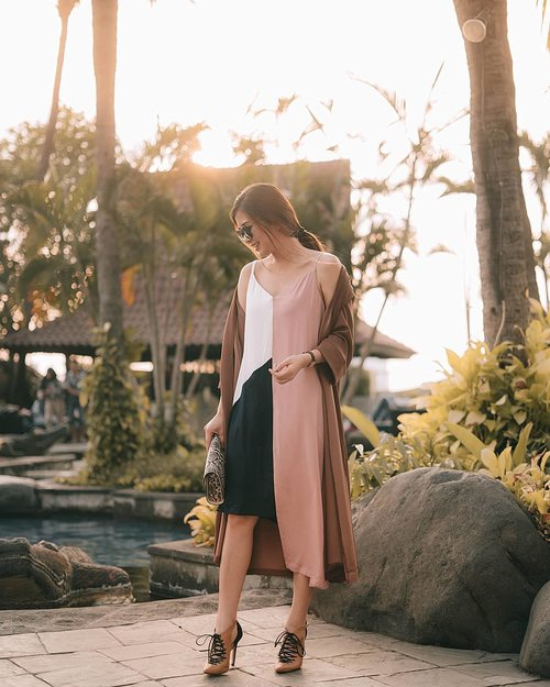 """<div class=""""photoCaption"""">Rushly taking the shots when it's hard to find golden time like this in rainy season 🏃♀🏃♀ lazy days outfit @impromptu.id 😄</div>"""