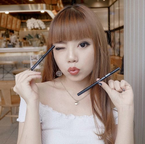 """<div class=""""photoCaption"""">LAZY MAKEUP HACK: Use pencil liners as cream shadows 🖤✨<br /> ー<br /> On those lazy days (read: Monday), we'd trade anything to get 5 more minutes of sleep. For me, I'd skip eyeshadow because gosh it takes at least 30 mins to create a decent eye makeup! 😩<br /> <br /> But since I found these @merzy_official The First Gel Eyeliner, Monday morning isn't that scary anymore. I did this eye makeup for only 5 mins CAN YOU BELIEVE THAT 😳👏 these pencils are so creamy and easy to blend, plus the color payoff is amazing so you won't need any eyeshadow primer underneath. .<br /> .<br /> Indeed, they have waterproof + smudgeproof formula as well - so worry not if you need to cry at the office because of the crazy amount of additional paperwork assigned by your very own Karen..<br /> .<br /> Anyway. I use two shades of @merzy_official Gel Eyeliner to create this look: Amber Bronze and Black Moon. The black one also serves as an eyeliner in this look.<br /> ー<br /> Review of these new babies are going to be up on my blog very soon! <br /> Meanwhile, you can shop them here:<br /> • <a href=""""https://hicharis.net/deuxcarls/aKZ"""" class=""""pink-url""""  target=""""_blank""""  rel=""""nofollow"""" title=""""https://hicharis.net/deuxcarls/aKZ"""">hicharis.net/deuxcarls/aKZ</a> •<br /> <br /> Or simply click the link on my bio! <br /> There are 10 shades to choose from 👌<br /> <br />  <a class=""""pink-url"""" target=""""_blank"""" href=""""http://m.clozette.co.id/search/query?term=merzy&siteseach=Submit"""">#merzy</a>  <a class=""""pink-url"""" target=""""_blank"""" href=""""http://m.clozette.co.id/search/query?term=charisceleb&siteseach=Submit"""">#charisceleb</a>  <a class=""""pink-url"""" target=""""_blank"""" href=""""http://m.clozette.co.id/search/query?term=clozetteid&siteseach=Submit"""">#clozetteid</a>  <a class=""""pink-url"""" target=""""_blank"""" href=""""http://m.clozette.co.id/search/query?term=charis&siteseach=Submit"""">#charis</a>  <a class=""""pink-url"""" target=""""_blank"""" href=""""http://m.clozette.co.id/search/query?term=makeup&siteseach=Submit"""""""