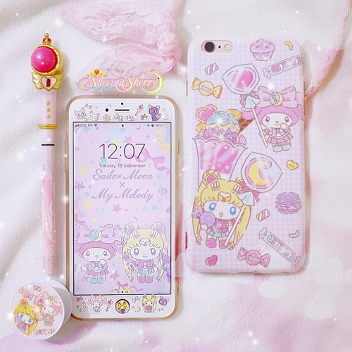 """<div class=""""photoCaption"""">Here's my 2.5-year-old phone, currently covered in sailormoon x my melody unlicensed accessories 😭💖 (cry because they're unlicensed but they're so cute and practical)<br /> .<br /> I wish the next time I need to replace them, I'll find some sailor moon official accessories that fit my phone and my style!<br /> .<br /> PS: I actually prefer sailormoon-ish aesthetic design, without really having the picture of sailor moon as a person in it. As for these ones, I just happened to find them as a set (case, screen protector, home button sticker, pop socket) in a thrift shop when I was really in need to replace my broken phone case & screen protector because I already saw scratches on my phone and couldn't wait any longer😭<br /> .<br /> .<br />  <a class=""""pink-url"""" target=""""_blank"""" href=""""http://m.clozette.co.id/search/query?term=sheemasherrysailormoon&siteseach=Submit"""">#sheemasherrysailormoon</a></div>"""