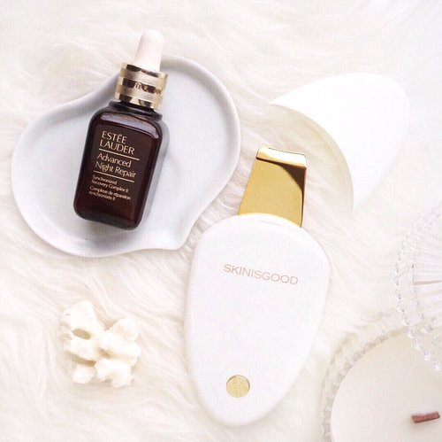 """<div class=""""photoCaption"""">Happy Skin, Happy me! ✨💛<br /> .<br /> .<br /> -<br /> Here are two of my favorite skin care essentials when I have some extra time to pamper my skin: .<br /> -@esteelauder Advance Night Repair Serum  <a class=""""pink-url"""" target=""""_blank"""" href=""""http://m.clozette.co.id/search/query?term=anr&siteseach=Submit"""">#anr</a> .<br /> -@skinisgood_official My Galvanic device with 24k gold plate that work to peel, nourish and tighten skin ❤️ p.s. this device is said to used in lots of beauty clinics in🇰🇷, but now we can use this device to do our own skin facial at home .<br /> .<br /> .<br /> .<br />  <a class=""""pink-url"""" target=""""_blank"""" href=""""http://m.clozette.co.id/search/query?term=flatlay&siteseach=Submit"""">#flatlay</a>  <a class=""""pink-url"""" target=""""_blank"""" href=""""http://m.clozette.co.id/search/query?term=shotbystevie&siteseach=Submit"""">#shotbystevie</a>  <a class=""""pink-url"""" target=""""_blank"""" href=""""http://m.clozette.co.id/search/query?term=collabwithstevie&siteseach=Submit"""">#collabwithstevie</a>  <a class=""""pink-url"""" target=""""_blank"""" href=""""http://m.clozette.co.id/search/query?term=sonyforher&siteseach=Submit"""">#sonyforher</a>  <a class=""""pink-url"""" target=""""_blank"""" href=""""http://m.clozette.co.id/search/query?term=skincare&siteseach=Submit"""">#skincare</a>  <a class=""""pink-url"""" target=""""_blank"""" href=""""http://m.clozette.co.id/search/query?term=skinisgood&siteseach=Submit"""">#skinisgood</a>  <a class=""""pink-url"""" target=""""_blank"""" href=""""http://m.clozette.co.id/search/query?term=charisceleb&siteseach=Submit"""">#charisceleb</a>  <a class=""""pink-url"""" target=""""_blank"""" href=""""http://m.clozette.co.id/search/query?term=stylehaul&siteseach=Submit"""">#stylehaul</a>  <a class=""""pink-url"""" target=""""_blank"""" href=""""http://m.clozette.co.id/search/query?term=lykeambassador&siteseach=Submit"""">#lykeambassador</a>  <a class=""""pink-url"""" target=""""_blank"""" href=""""http://m.clozette.co.id/search/query?term=clozette&siteseach=Submit"""">#clozette</a>  <a class=""""pink-url"""" target=""""_blank"""" href=""""http://m.clozette.co.id/sea"""