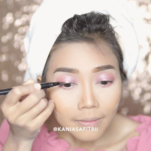 "<div class=""photoCaption"">Here's Makeup tutorial buat yang malem mingguan sama teman, gebetan, pacar, suami, keluarga. Buat yang malem mingguan sendirian dan ga kemana-mana juga bisa kaya aku waktu buat tutorial ini juga gak kemana2 😜<br /> Details:<br /> <br /> FACE<br /> <br /> a. @toofaced Born This Way<br /> b. @lagirlcosmetics pro conceal toast<br /> c. @beautyboxind Urban Fix matte loose powder <br /> d. @charlottilbury airbrush flawless finish<br /> e. @thebalm Marry lou manizer<br /> <br /> __<br /> <br /> BROWS<br /> <br /> a. @maybeline Fashion brow duo shaper<br /> b. @thebrowgal Water resistance eyebrow gel<br /> <br /> __<br /> <br /> EYES<br /> <br /> a. @anastasiabeverlyhills Norvina Palette<br /> c. @gabycosmee eyeliner black<br /> d. unbranded lashes .<br /> <br /> LIPS<br /> <br /> a. @limecrimemakeup Unicorn Lipstick Geradium<br /> <br /> __ .<br /> <br />  <a class=""pink-url"" target=""_blank"" href=""http://m.clozette.co.id/search/query?term=clozetteid&siteseach=Submit"">#clozetteid</a>  <a class=""pink-url"" target=""_blank"" href=""http://m.clozette.co.id/search/query?term=beautybloggerindonesia&siteseach=Submit"">#beautybloggerindonesia</a>  <a class=""pink-url"" target=""_blank"" href=""http://m.clozette.co.id/search/query?term=beauty&siteseach=Submit"">#beauty</a>  <a class=""pink-url"" target=""_blank"" href=""http://m.clozette.co.id/search/query?term=makeup&siteseach=Submit"">#makeup</a>  <a class=""pink-url"" target=""_blank"" href=""http://m.clozette.co.id/search/query?term=motd&siteseach=Submit"">#motd</a>  <a class=""pink-url"" target=""_blank"" href=""http://m.clozette.co.id/search/query?term=bestoftheday&siteseach=Submit"">#bestoftheday</a>  <a class=""pink-url"" target=""_blank"" href=""http://m.clozette.co.id/search/query?term=hudabeauty&siteseach=Submit"">#hudabeauty</a>  <a class=""pink-url"" target=""_blank"" href=""http://m.clozette.co.id/search/query?term=like4like&siteseach=Submit"">#like4like</a>  <a class=""pink-url"" target=""_blank"" href=""http://m.clozette.co.id/search/"