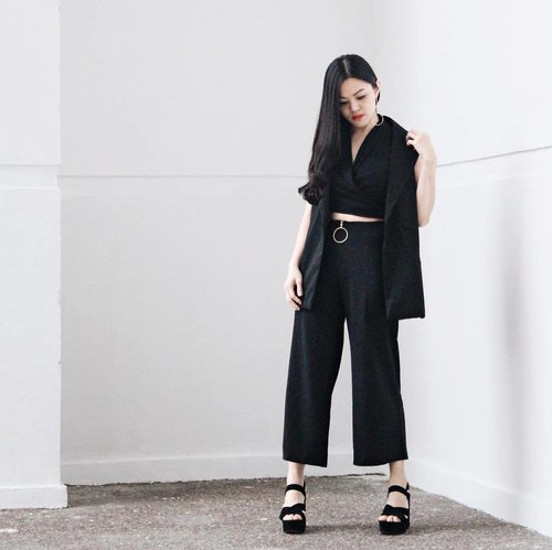 """<div class=""""photoCaption"""">All black errthang on the last day of  <a class=""""pink-url"""" target=""""_blank"""" href=""""http://m.clozette.co.id/search/query?term=JFW2017&siteseach=Submit"""">#JFW2017</a> A big thanks to @maitlin_course for sending me the invitation for @dayandnight.official @lpaksesori and @lotuz_jakarta fashion show. <br /> Don't forget to check @maitlin_course if you are looking for fashion and creation courses based in Jakarta!</div>"""