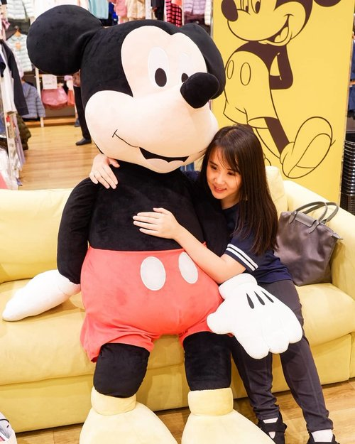 "<div class=""photoCaption"">Playing with Giant Mickey Mouse 😍. .Hop over to <a href=""https://myculinarydiary.com/TRAVEL"" class=""pink-url""  target=""_blank""  rel=""nofollow"" title=""https://myculinarydiary.com/TRAVEL"">myculinarydiary.com/TRAVEL</a> to see my experience in abroad. <a class=""pink-url"" target=""_blank"" href=""http://m.clozette.co.id/search/query?term=sisytravelingdiary&siteseach=Submit"">#sisytravelingdiary</a>  <a class=""pink-url"" target=""_blank"" href=""http://m.clozette.co.id/search/query?term=traveljourney&siteseach=Submit"">#traveljourney</a>  <a class=""pink-url"" target=""_blank"" href=""http://m.clozette.co.id/search/query?term=ootd&siteseach=Submit"">#ootd</a>  <a class=""pink-url"" target=""_blank"" href=""http://m.clozette.co.id/search/query?term=ootdfashion&siteseach=Submit"">#ootdfashion</a>  <a class=""pink-url"" target=""_blank"" href=""http://m.clozette.co.id/search/query?term=terfujilah......&siteseach=Submit"">#terfujilah......</a> <a class=""pink-url"" target=""_blank"" href=""http://m.clozette.co.id/search/query?term=clozetteid&siteseach=Submit"">#clozetteid</a>  <a class=""pink-url"" target=""_blank"" href=""http://m.clozette.co.id/search/query?term=wisata&siteseach=Submit"">#wisata</a>  <a class=""pink-url"" target=""_blank"" href=""http://m.clozette.co.id/search/query?term=travel&siteseach=Submit"">#travel</a>  <a class=""pink-url"" target=""_blank"" href=""http://m.clozette.co.id/search/query?term=igtravel&siteseach=Submit"">#igtravel</a>  <a class=""pink-url"" target=""_blank"" href=""http://m.clozette.co.id/search/query?term=travelgram&siteseach=Submit"">#travelgram</a>  <a class=""pink-url"" target=""_blank"" href=""http://m.clozette.co.id/search/query?term=buzzfeed&siteseach=Submit"">#buzzfeed</a>  <a class=""pink-url"" target=""_blank"" href=""http://m.clozette.co.id/search/query?term=europe&siteseach=Submit"">#europe</a>  <a class=""pink-url"" target=""_blank"" href=""http://m.clozette.co.id/search/query?term=holiday&siteseach=Submit"">#holiday</a>  <a class=""pink-url"" target=""_blank"" href=""http://m.clozette.co.id/search/query?term=disney&siteseach=Submit"">#disney</a>  <a class=""pink-url"" target=""_blank"" href=""http://m.clozette.co.id/search/query?term=disneyland&siteseach=Submit"">#disneyland</a>  <a class=""pink-url"" target=""_blank"" href=""http://m.clozette.co.id/search/query?term=cappadocia&siteseach=Submit"">#cappadocia</a>  <a class=""pink-url"" target=""_blank"" href=""http://m.clozette.co.id/search/query?term=kapadokya&siteseach=Submit"">#kapadokya</a>  <a class=""pink-url"" target=""_blank"" href=""http://m.clozette.co.id/search/query?term=mickeymouse&siteseach=Submit"">#mickeymouse</a>  <a class=""pink-url"" target=""_blank"" href=""http://m.clozette.co.id/search/query?term=mickey&siteseach=Submit"">#mickey</a>  <a class=""pink-url"" target=""_blank"" href=""http://m.clozette.co.id/search/query?term=photography&siteseach=Submit"">#photography</a>  <a class=""pink-url"" target=""_blank"" href=""http://m.clozette.co.id/search/query?term=photooftheday&siteseach=Submit"">#photooftheday</a>  <a class=""pink-url"" target=""_blank"" href=""http://m.clozette.co.id/search/query?term=foodoftheday&siteseach=Submit"">#foodoftheday</a>  <a class=""pink-url"" target=""_blank"" href=""http://m.clozette.co.id/search/query?term=paris&siteseach=Submit"">#paris</a>  <a class=""pink-url"" target=""_blank"" href=""http://m.clozette.co.id/search/query?term=photoshoot&siteseach=Submit"">#photoshoot</a>  <a class=""pink-url"" target=""_blank"" href=""http://m.clozette.co.id/search/query?term=fujifilm&siteseach=Submit"">#fujifilm</a>  <a class=""pink-url"" target=""_blank"" href=""http://m.clozette.co.id/search/query?term=beautifuldestinations&siteseach=Submit"">#beautifuldestinations</a></div>"