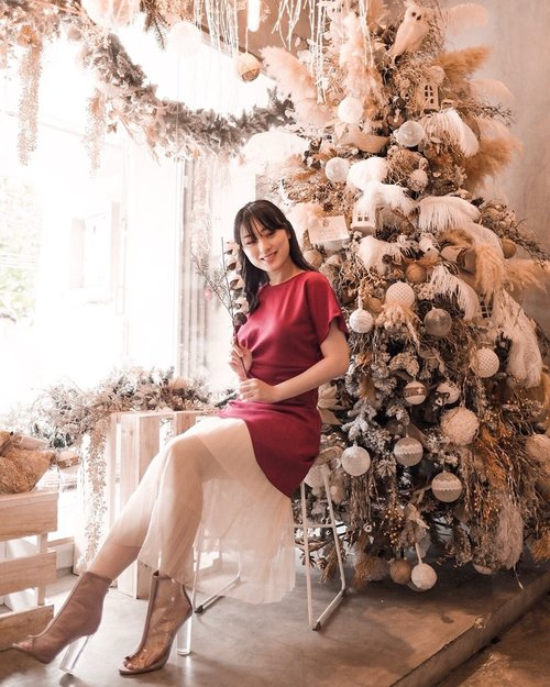 """<div class=""""photoCaption"""">Still cannot move on from christmas vibe in this beautiful place.. .<br /> .<br /> Hava a great Sunday all.. .<br /> .<br /> .<br /> .<br /> .<br /> .<br /> .<br />  <a class=""""pink-url"""" target=""""_blank"""" href=""""http://m.clozette.co.id/search/query?term=ootd&siteseach=Submit"""">#ootd</a>  <a class=""""pink-url"""" target=""""_blank"""" href=""""http://m.clozette.co.id/search/query?term=outfit&siteseach=Submit"""">#outfit</a>  <a class=""""pink-url"""" target=""""_blank"""" href=""""http://m.clozette.co.id/search/query?term=lookbookindo&siteseach=Submit"""">#lookbookindo</a>  <a class=""""pink-url"""" target=""""_blank"""" href=""""http://m.clozette.co.id/search/query?term=indofashionpeople&siteseach=Submit"""">#indofashionpeople</a>  <a class=""""pink-url"""" target=""""_blank"""" href=""""http://m.clozette.co.id/search/query?term=clozetteid&siteseach=Submit"""">#clozetteid</a>  #스트릿패션  #스트릿룩  #스트릿스타일  <a class=""""pink-url"""" target=""""_blank"""" href=""""http://m.clozette.co.id/search/query?term=streetlook&siteseach=Submit"""">#streetlook</a>  <a class=""""pink-url"""" target=""""_blank"""" href=""""http://m.clozette.co.id/search/query?term=style&siteseach=Submit"""">#style</a>  <a class=""""pink-url"""" target=""""_blank"""" href=""""http://m.clozette.co.id/search/query?term=partnershipwithhisafu&siteseach=Submit"""">#partnershipwithhisafu</a>  <a class=""""pink-url"""" target=""""_blank"""" href=""""http://m.clozette.co.id/search/query?term=hisafudressup&siteseach=Submit"""">#hisafudressup</a>  <a class=""""pink-url"""" target=""""_blank"""" href=""""http://m.clozette.co.id/search/query?term=fashionpeople&siteseach=Submit"""">#fashionpeople</a></div>"""