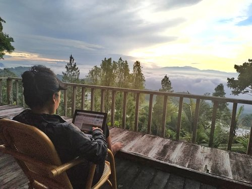 """<div class=""""photoCaption"""">So little time so much to do ☕ .<br /> .<br /> .<br /> .<br /> 5.15 am .. My first sunrise at Batutumonga..<br /> Laptop-ing .. 27 emails in my inbox 🐱 huaahhhhh <br />  <a class=""""pink-url"""" target=""""_blank"""" href=""""http://m.id.clozette.co/search/query?term=clozetteid&siteseach=Submit"""">#clozetteid</a>  <a class=""""pink-url"""" target=""""_blank"""" href=""""http://m.id.clozette.co/search/query?term=lifestyle&siteseach=Submit"""">#lifestyle</a>  <a class=""""pink-url"""" target=""""_blank"""" href=""""http://m.id.clozette.co/search/query?term=travel&siteseach=Submit"""">#travel</a>   <a class=""""pink-url"""" target=""""_blank"""" href=""""http://m.id.clozette.co/search/query?term=CommunityBasedTravel&siteseach=Submit"""">#CommunityBasedTravel</a>  <a class=""""pink-url"""" target=""""_blank"""" href=""""http://m.id.clozette.co/search/query?term=BanuaSarira&siteseach=Submit"""">#BanuaSarira</a>  <a class=""""pink-url"""" target=""""_blank"""" href=""""http://m.id.clozette.co/search/query?term=latepost&siteseach=Submit"""">#latepost</a></div>"""