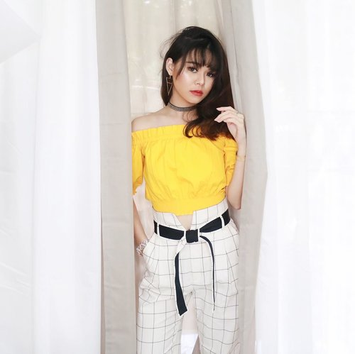 """<div class=""""photoCaption"""">Y.E.L.L.O.W is my new favorite color 😘  <a class=""""pink-url"""" target=""""_blank"""" href=""""http://m.clozette.co.id/search/query?term=JeanMilkaOOTD&siteseach=Submit"""">#JeanMilkaOOTD</a>  <a class=""""pink-url"""" target=""""_blank"""" href=""""http://m.clozette.co.id/search/query?term=JeanMilkaMOTD&siteseach=Submit"""">#JeanMilkaMOTD</a></div>"""