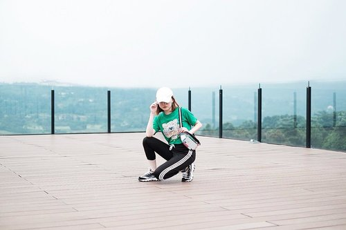 """<div class=""""photoCaption"""">Never give up! The view from the top is amazing ▶️ @royaltulipgg .<br /> Set top and pants @lyndachann <br /> Clear waist bag @lunabag_ .<br /> .<br />  <a class=""""pink-url"""" target=""""_blank"""" href=""""http://m.clozette.co.id/search/query?term=Ootd&siteseach=Submit"""">#Ootd</a>  <a class=""""pink-url"""" target=""""_blank"""" href=""""http://m.clozette.co.id/search/query?term=ootdfashion&siteseach=Submit"""">#ootdfashion</a>  <a class=""""pink-url"""" target=""""_blank"""" href=""""http://m.clozette.co.id/search/query?term=ootdinspo&siteseach=Submit"""">#ootdinspo</a>  <a class=""""pink-url"""" target=""""_blank"""" href=""""http://m.clozette.co.id/search/query?term=ootdideas&siteseach=Submit"""">#ootdideas</a>  <a class=""""pink-url"""" target=""""_blank"""" href=""""http://m.clozette.co.id/search/query?term=ootdindo&siteseach=Submit"""">#ootdindo</a>  <a class=""""pink-url"""" target=""""_blank"""" href=""""http://m.clozette.co.id/search/query?term=ootdindokece&siteseach=Submit"""">#ootdindokece</a>  <a class=""""pink-url"""" target=""""_blank"""" href=""""http://m.clozette.co.id/search/query?term=ootdinspiration&siteseach=Submit"""">#ootdinspiration</a>  <a class=""""pink-url"""" target=""""_blank"""" href=""""http://m.clozette.co.id/search/query?term=ootdindonesia&siteseach=Submit"""">#ootdindonesia</a>  <a class=""""pink-url"""" target=""""_blank"""" href=""""http://m.clozette.co.id/search/query?term=indobeauty&siteseach=Submit"""">#indobeauty</a>  <a class=""""pink-url"""" target=""""_blank"""" href=""""http://m.clozette.co.id/search/query?term=indofashion&siteseach=Submit"""">#indofashion</a>  <a class=""""pink-url"""" target=""""_blank"""" href=""""http://m.clozette.co.id/search/query?term=indofashionpedia&siteseach=Submit"""">#indofashionpedia</a>  <a class=""""pink-url"""" target=""""_blank"""" href=""""http://m.clozette.co.id/search/query?term=indofashionpeople&siteseach=Submit"""">#indofashionpeople</a>  <a class=""""pink-url"""" target=""""_blank"""" href=""""http://m.clozette.co.id/search/query?term=indofashionblogger&siteseach=Submit"""">#indofashionblogger</a>  <a class=""""pink-url"""" target=""""_blank"""" href=""""http://m.clozette.co.id/search/query?term=c"""