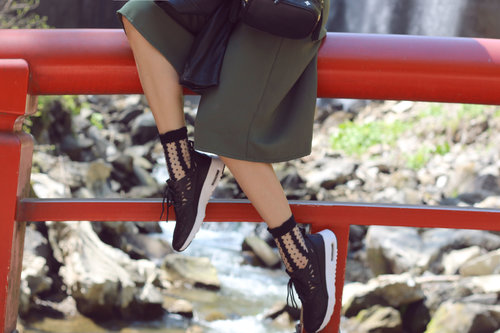 "<div class=""photoCaption"">NATURE, WATER & FASHION! Sneakers are the best option for a nice day outside, don't you think? <a href=""http://jenniferbachdim.com/2015/05/28/nature-water-fashion/"" class=""pink-url""  target=""_blank""  rel=""nofollow"" title=""http://jenniferbachdim.com/2015/05/28/nature-water-fashion/"">http://jenniferbachdim.com/2015/05/28/nature-water-fashion/</a></div>"
