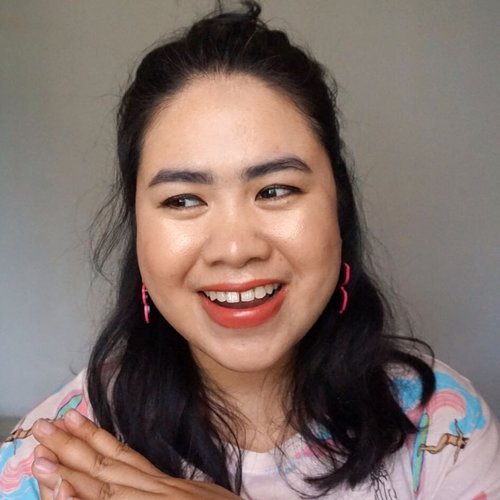 """<div class=""""photoCaption"""">Wajah bahagia begitu tahu besok adalah Senin plus gajian! 💰✨<br /> _<br /> Makeup deets:<br /> @lanore.id Whitening & Anti-Aging CC Cream<br /> @pixycosmetics 4 Beauty Benefits Loose Powder & Blush On in Passion Roses 04<br /> @mobcosmetic Pro Brow Sculptor<br /> @mizzucosmetics Perfect Wear Eyeliner Pen<br /> @makeoverid Ultimate Lash Mascara<br /> @beautycreations.cosmetics Scandalous Glow<br /> @fanbocosmetics Ultra Satin Lip in 03 Feminine<br /> .<br /> .<br /> .<br />  <a class=""""pink-url"""" target=""""_blank"""" href=""""http://m.clozette.co.id/search/query?term=motd&siteseach=Submit"""">#motd</a>  <a class=""""pink-url"""" target=""""_blank"""" href=""""http://m.clozette.co.id/search/query?term=makeupgram&siteseach=Submit"""">#makeupgram</a>  <a class=""""pink-url"""" target=""""_blank"""" href=""""http://m.clozette.co.id/search/query?term=clozetteid&siteseach=Submit"""">#clozetteid</a>  <a class=""""pink-url"""" target=""""_blank"""" href=""""http://m.clozette.co.id/search/query?term=instabeauty&siteseach=Submit"""">#instabeauty</a>  <a class=""""pink-url"""" target=""""_blank"""" href=""""http://m.clozette.co.id/search/query?term=beautycreations&siteseach=Submit"""">#beautycreations</a>  <a class=""""pink-url"""" target=""""_blank"""" href=""""http://m.clozette.co.id/search/query?term=makeoverid&siteseach=Submit"""">#makeoverid</a>  <a class=""""pink-url"""" target=""""_blank"""" href=""""http://m.clozette.co.id/search/query?term=fanbocosmetics&siteseach=Submit"""">#fanbocosmetics</a>  <a class=""""pink-url"""" target=""""_blank"""" href=""""http://m.clozette.co.id/search/query?term=pixycosmetics&siteseach=Submit"""">#pixycosmetics</a>  <a class=""""pink-url"""" target=""""_blank"""" href=""""http://m.clozette.co.id/search/query?term=lanore&siteseach=Submit"""">#lanore</a>  <a class=""""pink-url"""" target=""""_blank"""" href=""""http://m.clozette.co.id/search/query?term=mizzucosmetics&siteseach=Submit"""">#mizzucosmetics</a></div>"""